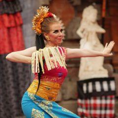 Saudara dalam seni tari Bali. Sanggar Oka's Denpasar dalam PKB 2015